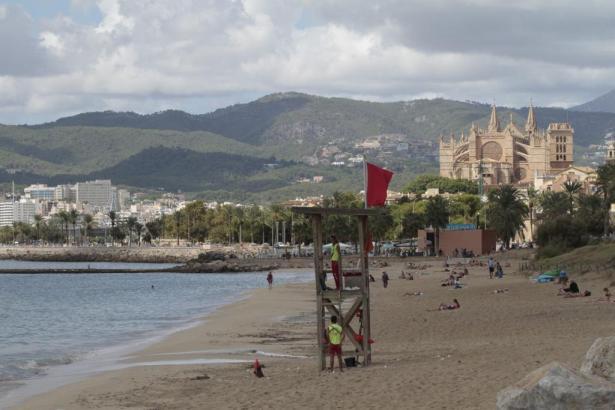 Der Stadtstrand von Palma liegt unterhalb der Kathedrale.