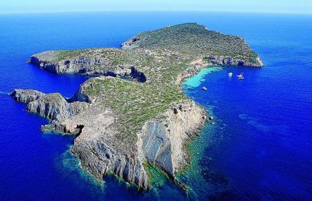 Tagomago liegt nur rund 900 Meter von der Küste Ibizas entfernt.