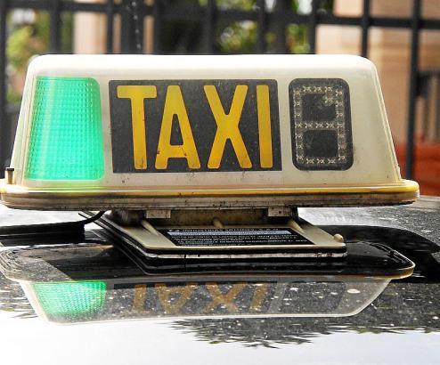 Grünes Licht, freies Taxi. Die Zahl, die aufleuchtet, wenn Passagiere an Bord sind, zeigt an, in welchem Tarif das Taxi derzeit