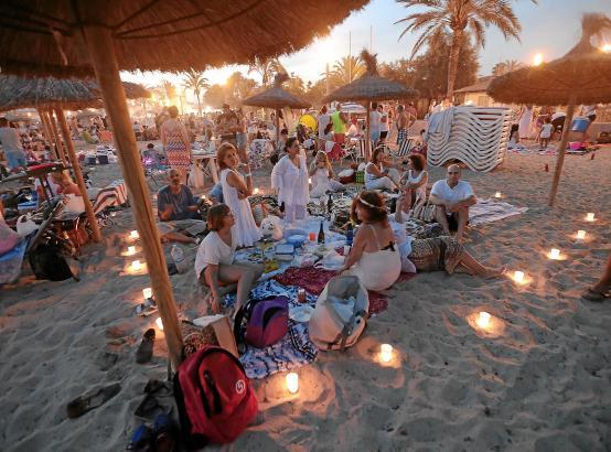 In der Sommernacht der Sommernächte ist es üblich, mit Freunden am Strand zusammenzukommen, Feuer und Kerzen anzuzünden, sich di