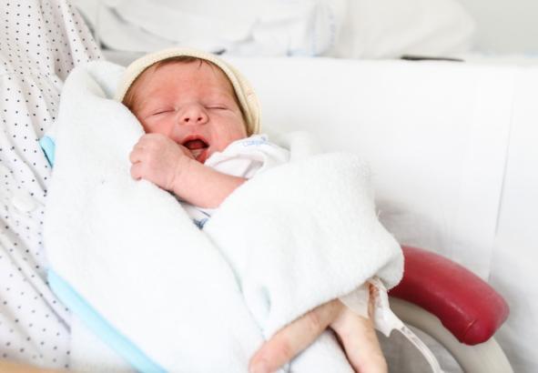 Ein Neugeborenes bedeutet für die Eltern viel Freude und Glück, aber auch schlaflose Nächte und Behördengänge.