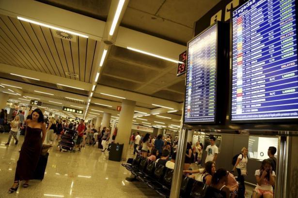 Banger Blick auf die Anzeigetafel an Mallorcas Flughafen.