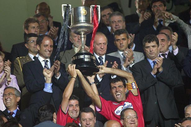 28. Juni 2003: Soler (l.) und Nadal recken den Pokal in die Höhe. Im Hintergrund König Juan Carlos.