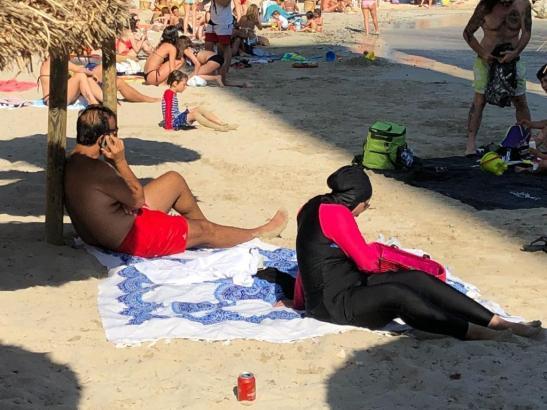Sonnenbad im Burkini.