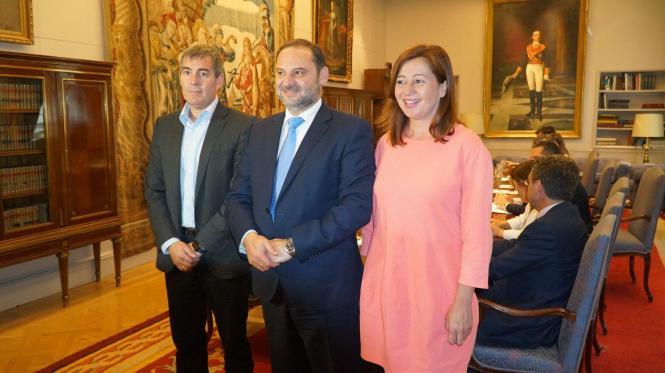 Verkehrsminister Abalós und Balearen-Präsidentin Armengol.