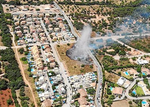 Bei Bunyola breitete sich am Dienstag ein Flächenbrand aus.