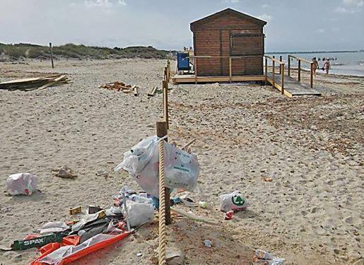 Müllhaufen verschandeln die Strände von Es Trenc.