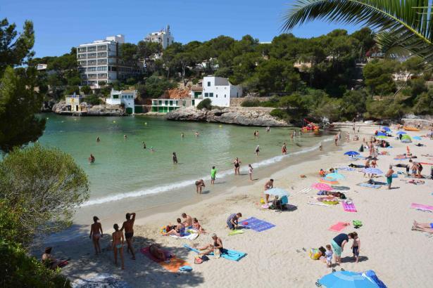 In der Bucht von Santanyí soll eine Wasseraufbereitungsanlage das durch eine Alge grün-gelb verfärbte Wasser bereinigen.