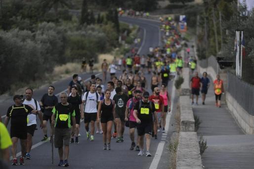 Jedes Jahr laufen Tausende Menschen zu Fuß von Palma nach Lluc. Die Entfernung beträgt 48 Kilometer.