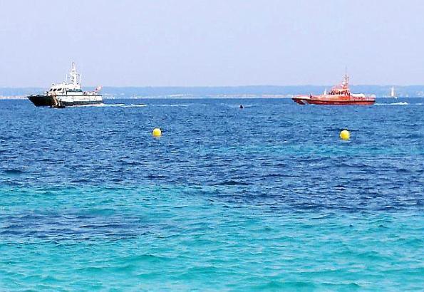Rettungskräfte haben das vor Calviá in Seenot geratene Boot mit zwei Deutschen am 8. Juli 2018 geborgen.