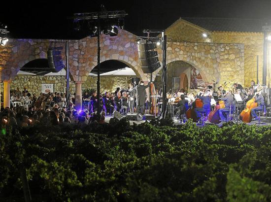 Das Sinfonieorchester der Balearen ist das musikalische Herz des Open-Air-Konzerts.