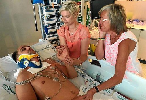 Der schwe rverletzte Brite wird von Angehörigen im Krankenhaus in Palma besucht.