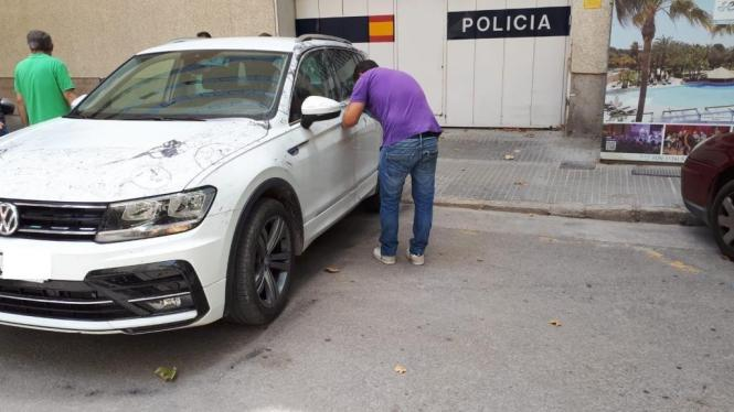 Polizisten untersuchen das mutmaßliche Tatfahrzeug auf Mallorca.