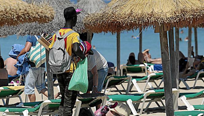 Wer in Palma bei illegalen Straßenhändlern Waren kauft oder sich von illegalen Dienstleistern am Strand massieren lässt, muss kl