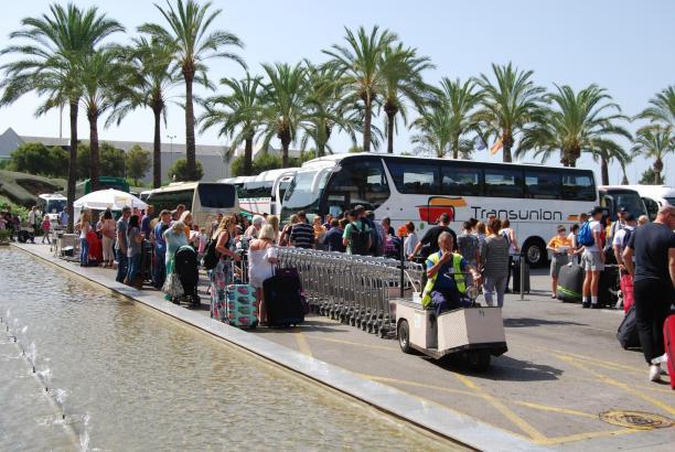 Busse sind das Erste, was Mallorca-Urlauber von der Insel zu sehen bekommen ...