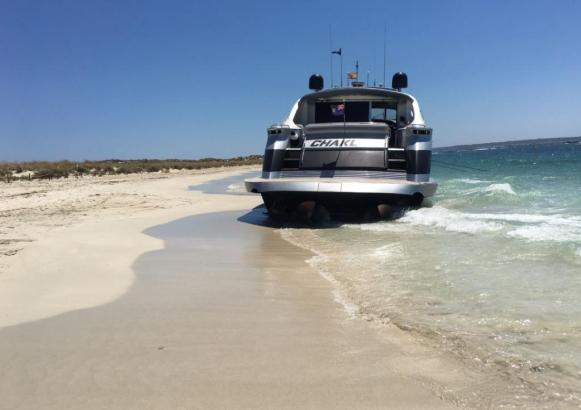 Am menschenleeren Strand von Es Caragol ist eine Yacht gestrandet.
