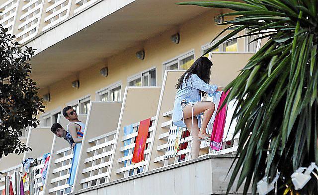 Balconing: Ein Hotelgast beim Überklettern der Balkongitter.
