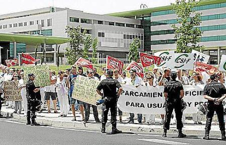 Demonstration für Gratis-Parkplätze vor dem Krankenhaus von Son Espases.