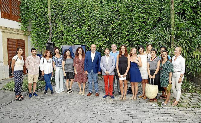 """Mallorcas Inselratspräsident Miquel Ensenyat (Mitte) und Wirtschaftsdezernent Cosme Bonet (rote Hose) präsentierten die Marke """"M"""