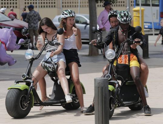 Diese Roller dürfen nur an der ersten Strandlinie der Playa de Palma fahren.