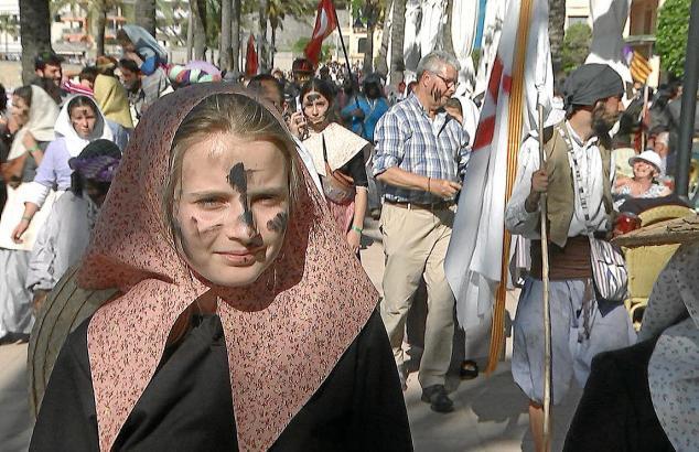 Josephine am großen Festtag nach der Schlacht zwischen Bauern und Piraten – die geben von ihrer schwarz angemalten Haut gerne wa