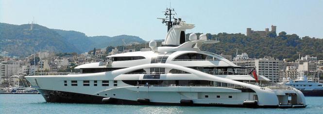 Die futuristische Yacht vor dem historischem Castell de Bellver.