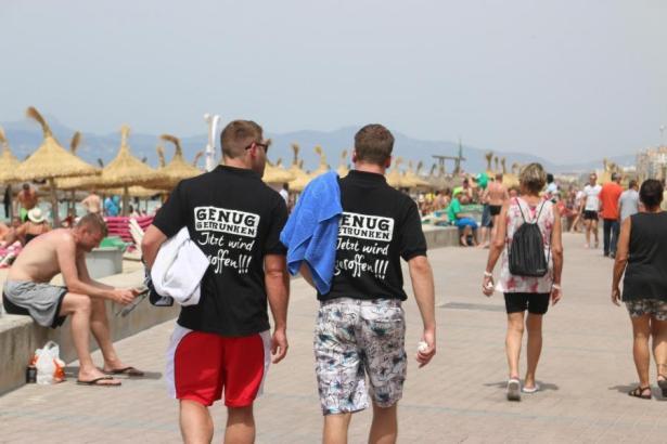 Passanten an der Playa de Palma im Sommer.