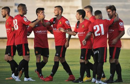 Die Kicker von Real Mallorca freuen sich über ein Tor im Spiel gegen Felanitx.