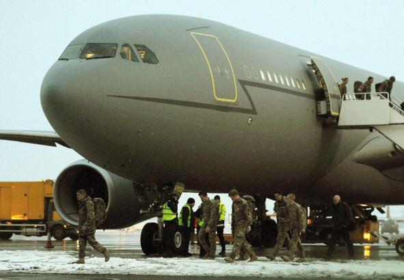 Für die Nutzung als Urlauber-Transporter sollen die olivgrünen Airbusse weiß lackiert werden.