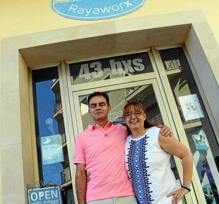 """Betreiber-Ehepaar Doris und Rainer Schuppe vor ihrem Coworking-Space """"Rayaworx"""" in Santanyí""""."""