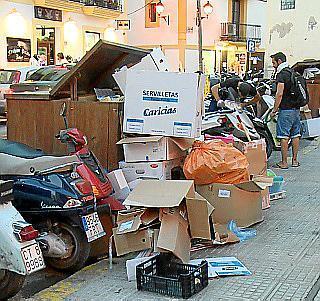 Das Foto zeigt, dass die Müllabfuhr in der Hochsaison auf Ibiza oft nicht nachkommt mit ihrer Arbeit.