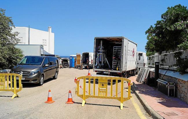 """Für Dreharbeiten der Netflix-Serie """"Turn up Charlie"""" wurden Straßenzüge bei Santanyí gesperrt."""