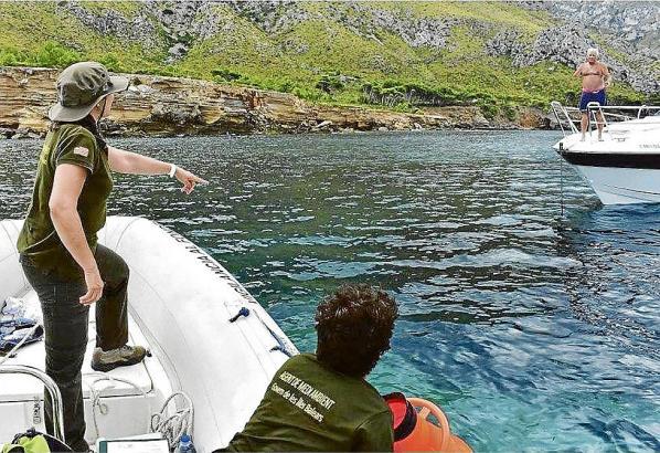 Kontrolleure weisen Bootsfahrer zurecht.