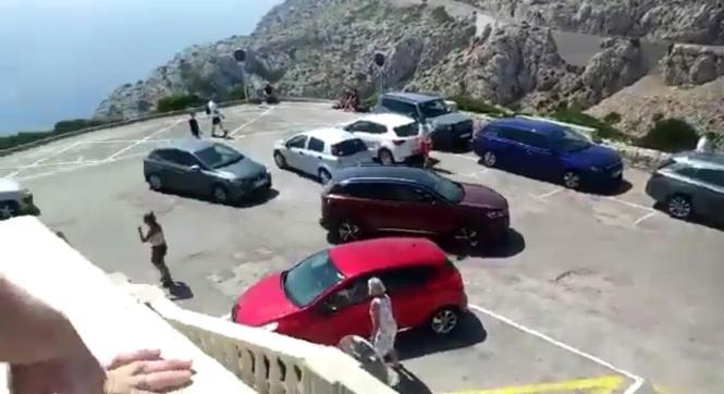 Parkende Autos am Leuchtturm machten das Rangieren für Busse nahezu unmöglich.