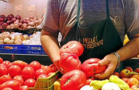 Rote Pracht: Der Gemüsehändler Bernat Contestí verkauft auf dem Mercat Santa Catalina frische Tomaten.