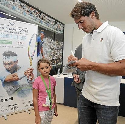Immer für die Fans da: Am Rande der Turnier-Präsentation schrieb Rafa Nadal auch für den Nachwuchs Autogramme.