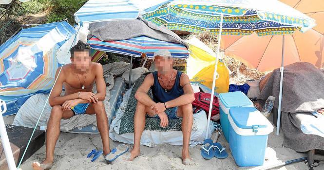 Zwei der Obdachlosen an Palmas Strand Can Pere Antoni.