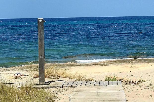 Am Strand von son Serra de Marina gibt es jetzt zwei Duschen.