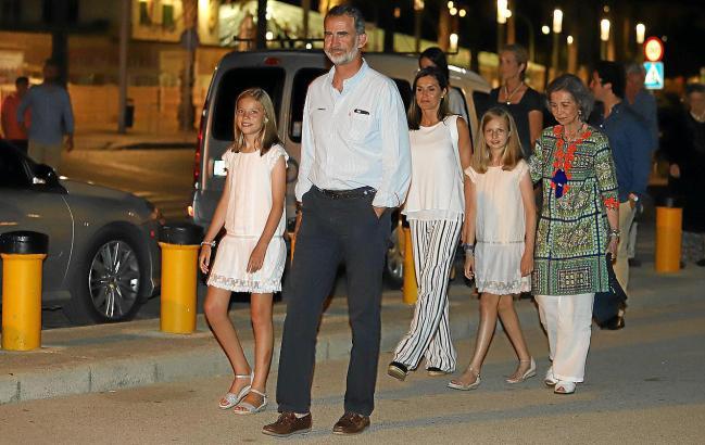 """Die spanische Königsfamilie flanierte am Samstag nach einem Besuch im Restaurant """"Ola de Mar"""" durch Palmas Vorort Portixol."""