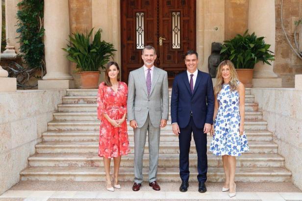 Letizia und Felipe mit dem Ehepaar Sánchez vor dem Marivent-Palast auf Mallorca.