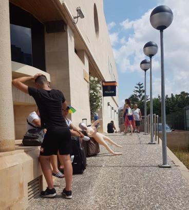 Mit schwerem Gepäck samt Gummipuppe wollten diese deutschen Touristen das Polizeirevier an der Playa de Palma betreten.