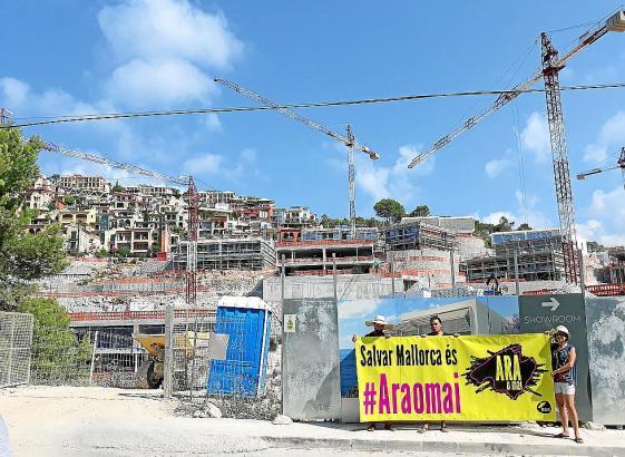 "Auf dem Transparent steht: ""Salvar Mallorca es ara o mai"" (""Mallorca retten – jetzt oder nie"")."