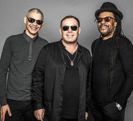 Drei Gründungsmitglieder der Band: Ali Campbell (Mitte), die legendäre Stimme von UB40, mit Keyboarder Mickey Virtue (l.) und Sä