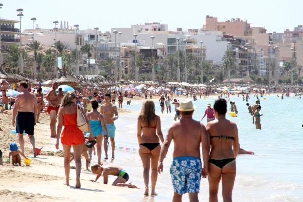 Die Hotels an der Playa de Palma sind nicht ganz so voll, der Strand ist es durchaus.