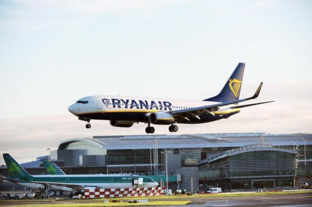 Landender Ryanair-Jet auf Mallorca.