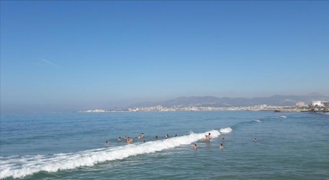 Die Woge rollt, der Himmel blaut, die Badenden, sie jauchzen laut. Festgehalten dieser Tage in Palmas Meeresviertel El Molinar.