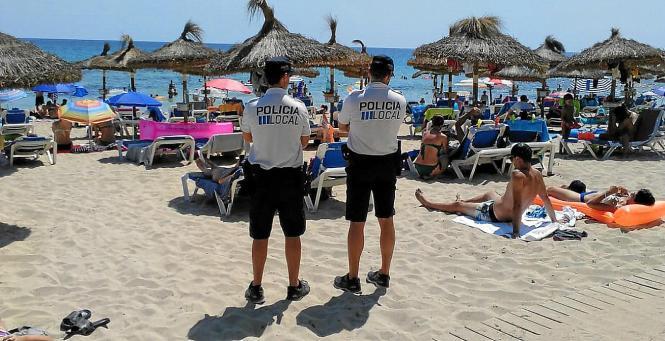 Lokalpolizisten auf dem Strand von Cala Agulla.