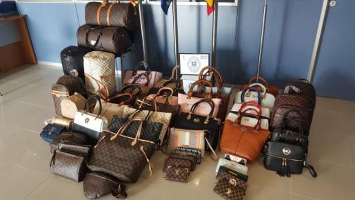 Die Lokalpolizei von Son Servera stellte auf dem Wochenmarkt von Cala Millor rund 50 Taschen sicher.