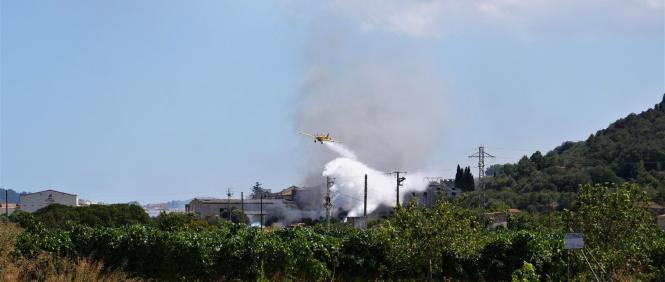 """Beim alten Weinlager """"Es Sindicat"""" ist am Mittwoch ein Feuer ausgebrochen, das erst nach mehreren Stunden unter Einsatz eines Lö"""