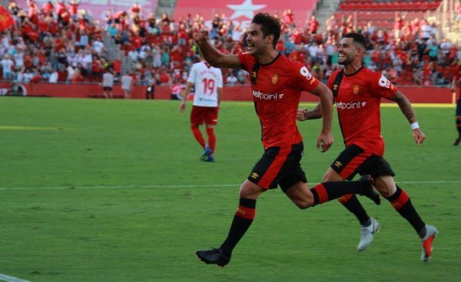 Abdón Prats bejubelt seinen Elfmetertreffer zum 1:0, rechts neben ihm freut sich Aridal Cabrera.